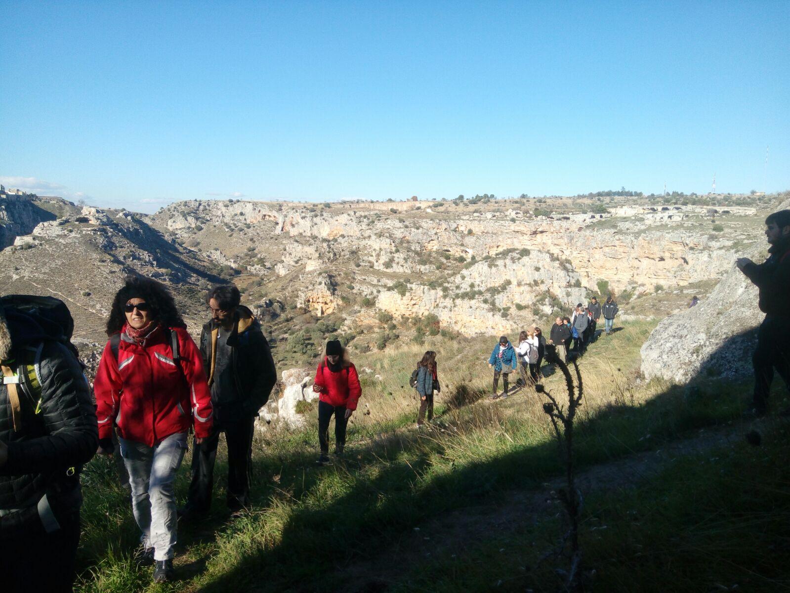 Guida nel Parco della Murgia Materana accompagnando un gruppo di escursionisti
