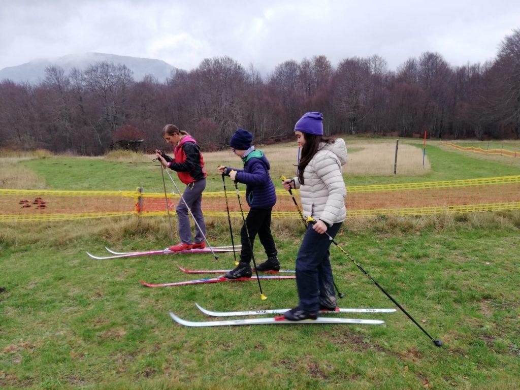 Pratica dello sci di fondo su erba