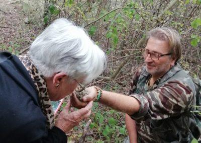 Il tartufaio porge un tartufo appena trovato a una delle turiste americane