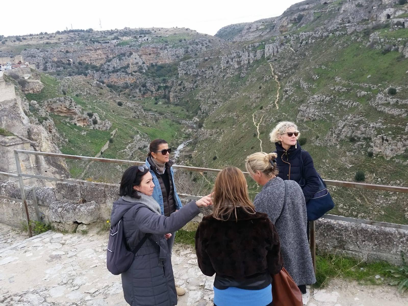 Nella foto, Anna Paterino accompagna delle turiste nel Sasso Caveoso