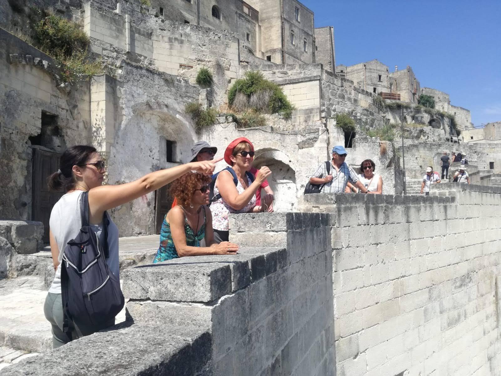 Anna Paterino con un altro gruppo di turisti nei Sassi